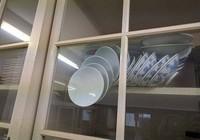 Câu hỏi về chiếc tủ bát đĩa làm cộng đồng mạng sôi sục