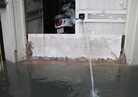 Người dân thủ đô đắp tường chống ngập