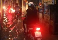 Nhiều tuyến phố Hà Nội thành sông sau mưa lớn