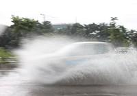 Mưa to, nhiều nơi ở TP.HCM đường lại hoá sông