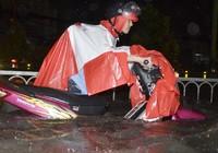 Phố Sài Gòn ngập đến yên xe, báo cáo nói 'ngập sâu nhất 50cm'