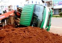 Lún chân, xe tải đổ kềnh khi cẩu bê tông