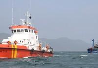 Tàu SAR27-01 kéo tàu bị nạn cùng 12 thuyền viên vào bờ