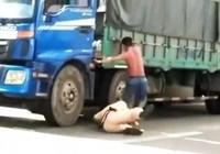 Tài xế đạp cảnh sát giao thông xuống đường bị khởi tố, bắt giam