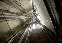 Tựa cửa thang máy, nam sinh viên rơi từ lầu 6 tử vong