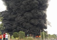 Cháy kho phế liệu ở Đồng Nai, cột khói bốc cao hàng chục mét