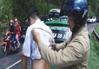 Tài xế taxi bị đâm trọng thương trên đường