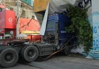 Container 'cào' dải phân cách, cắm vào tường giữa trung tâm Sài Gòn