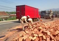 Ô tô tải lật nhào, gạch tràn ra đường
