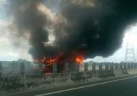 Xe khách đang chạy cháy rụi trên cao tốc Trung Lương