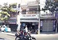 Tìm được người chạy xe máy bằng chân xôn xao dư luận