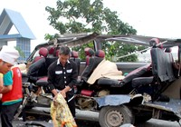 2 xe khách tông nhau, 16 người chết và trọng thương