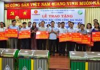 Trao 1.300 thùng rác công cộng cho 24 quận huyện