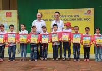 Tôn Hoa Sen – Cùng em đi học: Chắp cánh ước mơ bay xa