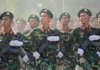 Quân đội Việt Nam diễu binh với súng trường tự chế tạo