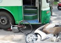 Hàng chục người đẩy xe buýt cứu người phụ nữ bị kẹt dưới gầm