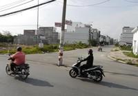 Hàng cột điện án ngữ giữa đường ai đi qua cũng phải giật mình