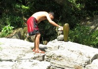 Kỳ lạ trò chơi chọi đá của người A Rem