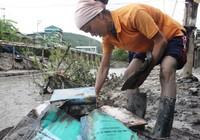 Bùn ngập ngang vai nơi vùng tâm lũ