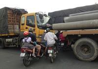Lạnh gáy xe máy liều mạng chen ngang xe tải để qua đường
