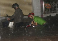 TP Biên Hòa mưa ngập cao hàng mét, trôi cả ô tô