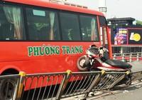 Xe Phương Trang tông hàng loạt xe máy, một người rơi khỏi cầu vượt Cây Gõ