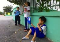 Học sinh vạ vật quanh cổng trường chờ học buổi hai