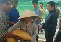 Báo Pháp Luật TP.HCM tặng quà cho các hộ nghèo ở Cà Mau