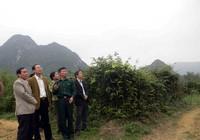 Tỉnh ủy Quảng Bình tặng quà người chăn voọc quý