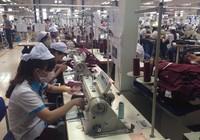 Khách hàng săm soi hàng hóa có bị bóc lột sức lao động