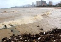 Biển Nha Trang sóng lớn, nước đục ngầu, đầy rác