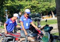 Sinh viên tình nguyện lập điểm giữ xe miễn phí cho TS