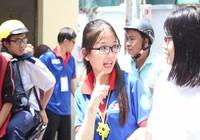 Nữ sinh tiếp sức TS khiếm thính bằng ngôn ngữ ký hiệu
