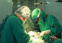 Mở ngực, khâu vết thương tim cứu sống bệnh nhân