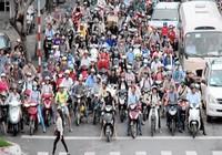 Khách Tây rỉ tai nhau mẹo 'sống sót' khi đi xe máy ở VN