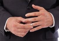 Đeo nhẫn cưới làm… rối loạn tình dục