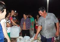 Người công an chở nước miễn phí giúp dân