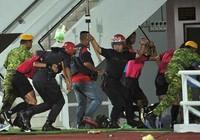 CĐV Malaysia bạo động phá nát xe đội trẻ Singapore