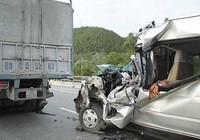 Xe tải nổ lốp gây tai nạn, chín người thương vong