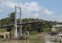 Cầu 2,5 tỉ đồng vừa xây xong đã sập