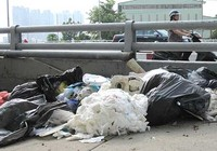 Lén đổ rác bừa bãi trên cầu
