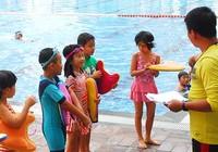 Trẻ ùn ùn đi học bơi