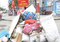 Đổ rác bừa bãi trước trường học