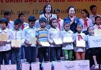 Phó Chủ tịch nước Nguyễn Thị Doan thăm, tặng quà người có công