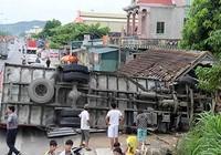 Ô tô đâm sập nhà dân, bốn người thoát chết