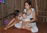 Người mẹ mù kiệt sức nuôi hai con nhỏ