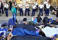 Người nhập cư biểu tình đòi lên tàu ở Hungary