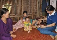Người mẹ mù chia sớt tiền hỗ trợ cho người nghèo