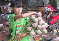 Bé gái 11 tuổi nghỉ học, kiếm tiền nuôi cha