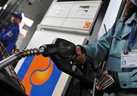 Giá xăng giảm gần 800 đồng/lít